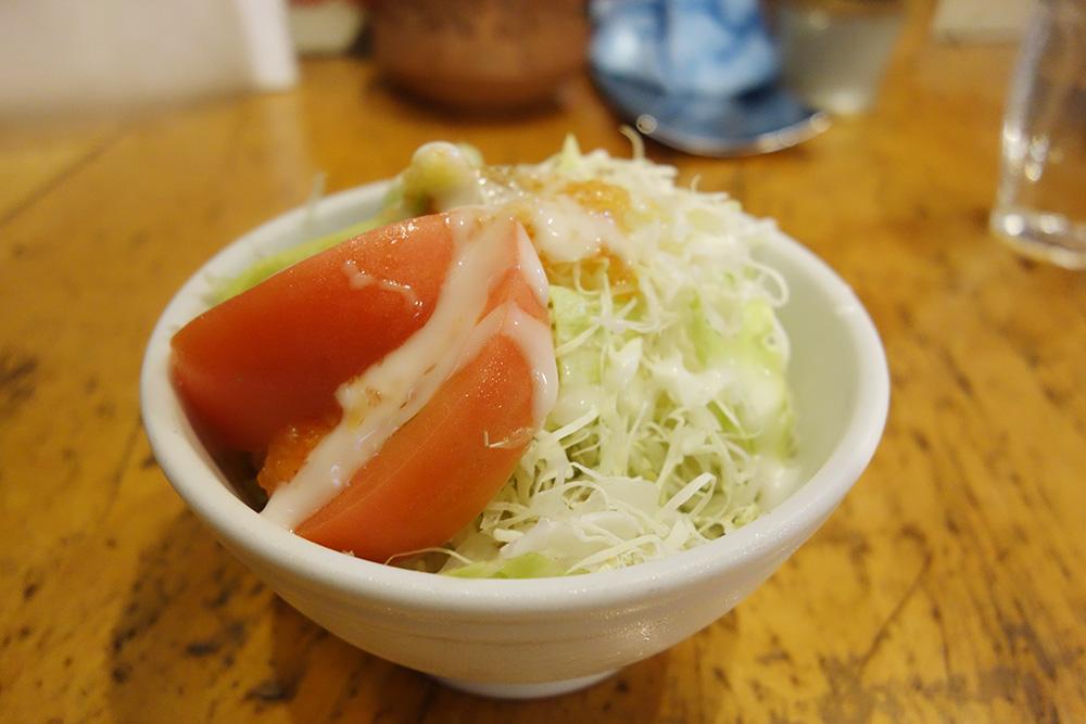 赤いトマトにレタスのサラダが器に盛られています