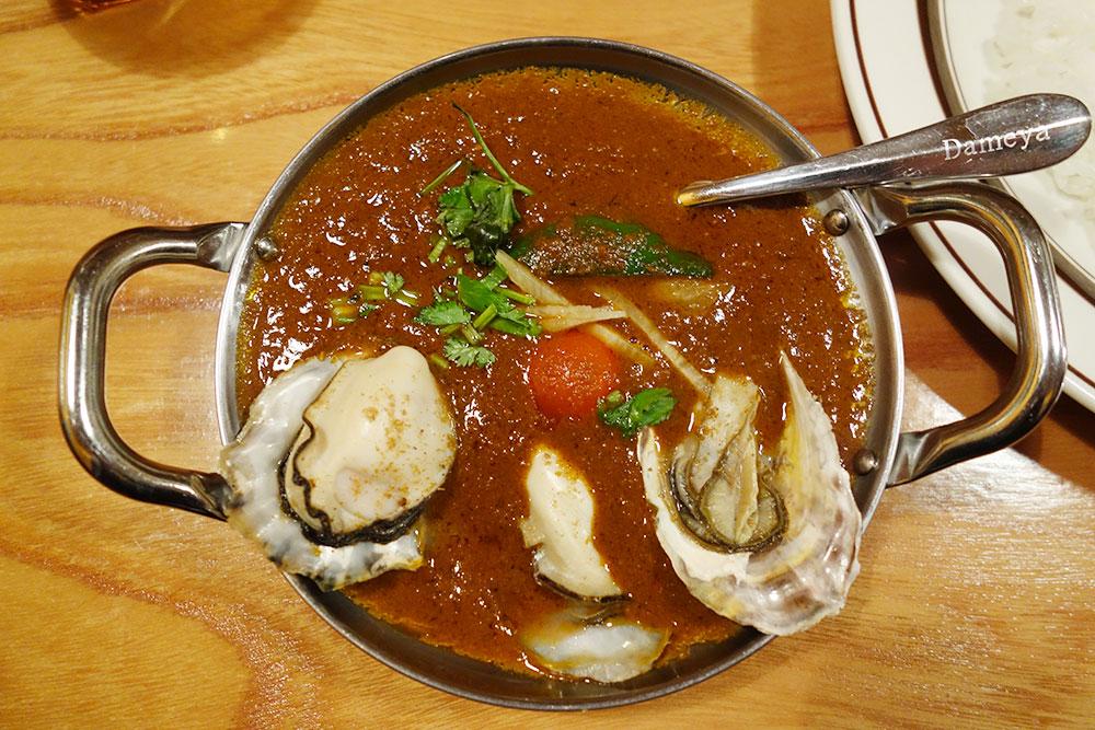 牡蠣殻付きの牡蠣カレー