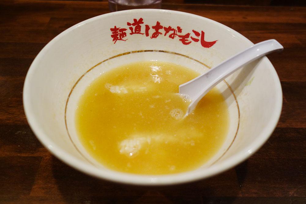 器にスープと蓮華、スープの中にご飯が。