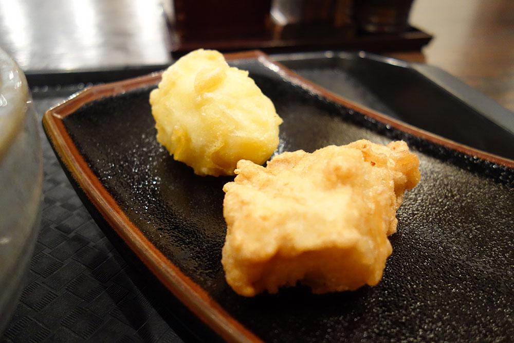 お皿の上に、からあげ、卵の天ぷら
