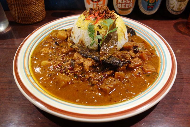 薬院・kaiのスパイシーキーマカレー お皿の家にライスとルーが盛られています。