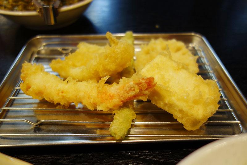 トレイに天ぷらが盛られています。