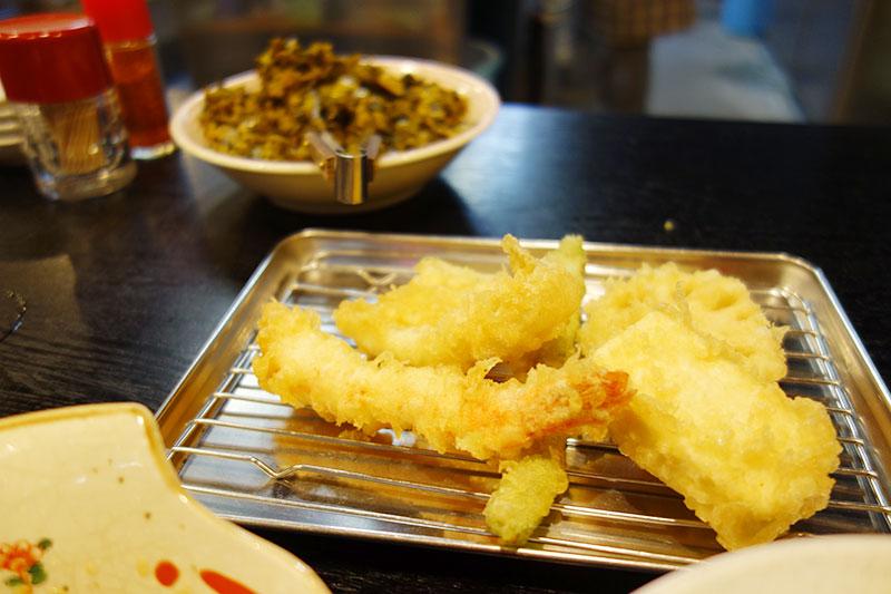 手前に天ぷら、奥に辛子高菜が。