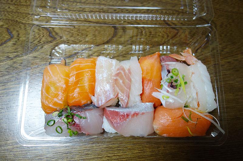 プラケースの中にお寿司がたくさん。