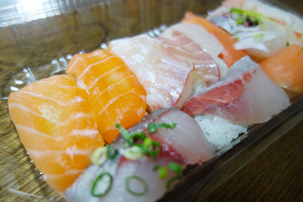 お寿司がプラケースにたくさん入ってます。