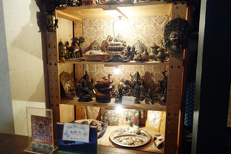 仏像などの雑貨が棚に並んでいます。