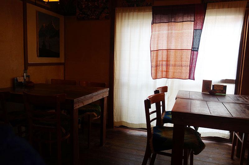 テーブル4つの店内、マイティガル