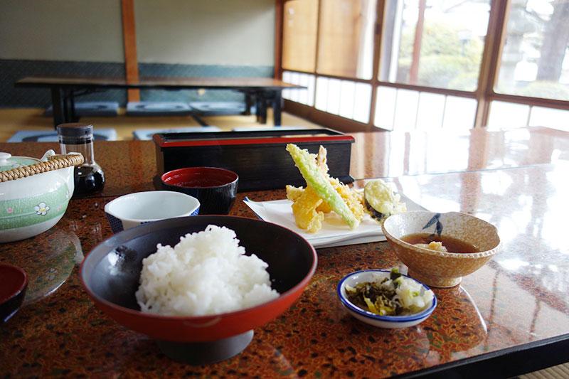 店内で天ぷら定食