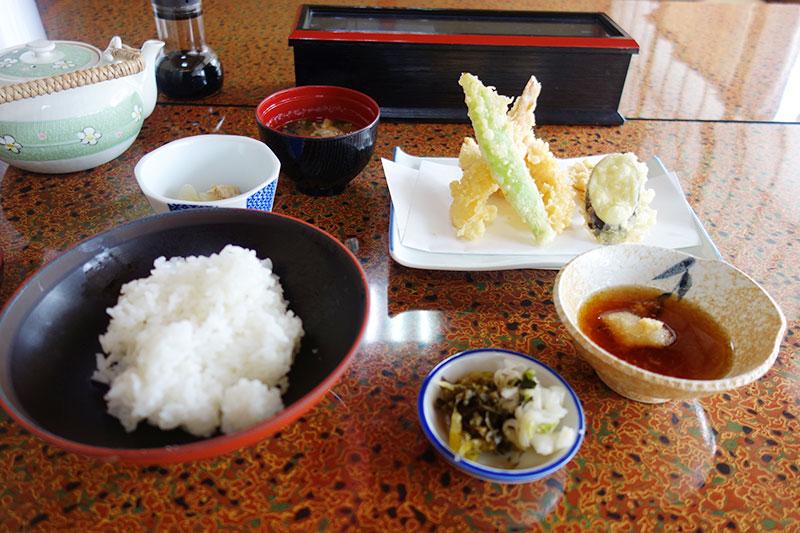 ご飯、漬物、天ぷらなどなど