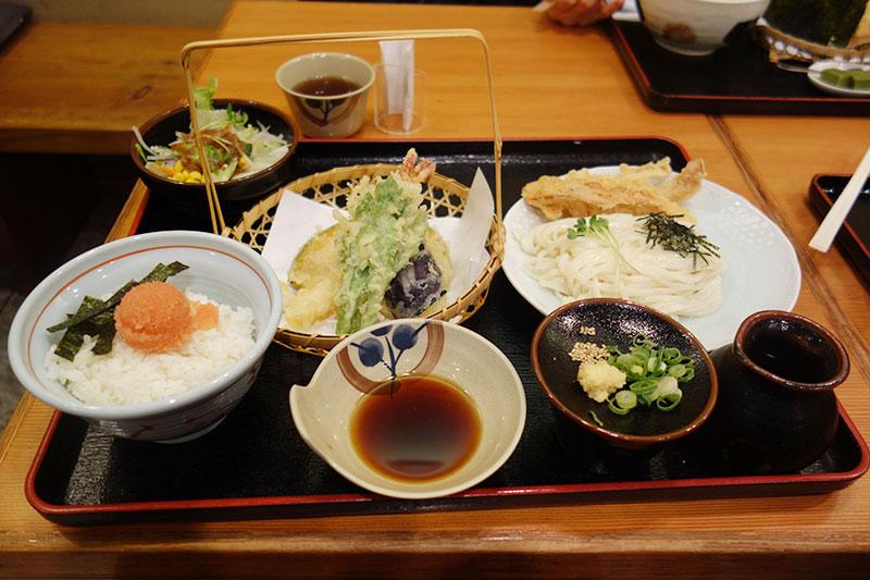 うどんと天ぷら、明太子が乗ったご飯とサラダ