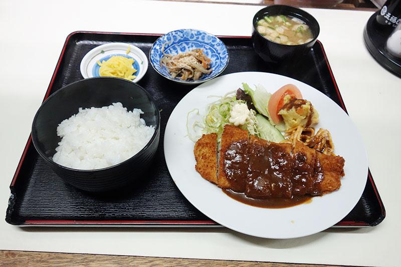ご飯、とんかつ、サラダ、沢庵、味噌汁、冷奴
