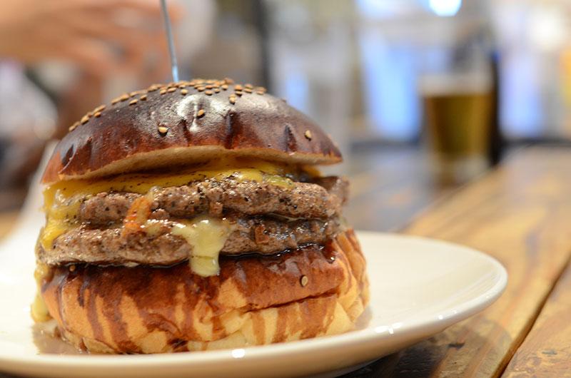 お皿に乗ったボリューム満点のハンバーガー
