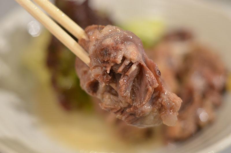牛テールポン酢を箸でつまむ